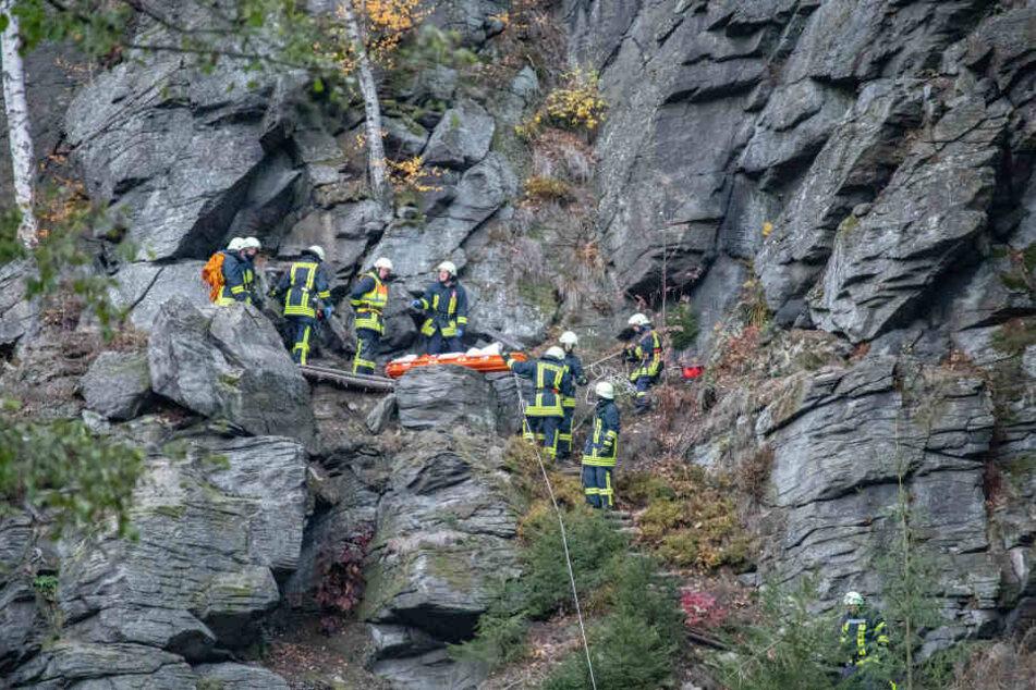 Rettungskräfte bergen eine Leiche aus dem unwegsamen Gelände.