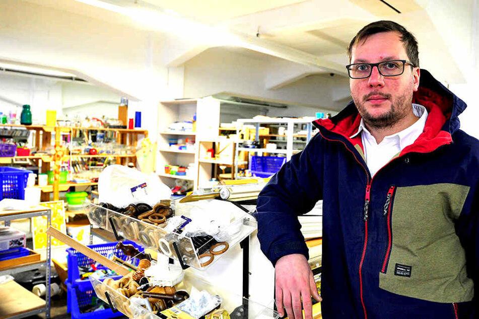 Fabian Siebert (31) mitten in seinem Second-Hand-Kaufhaus.