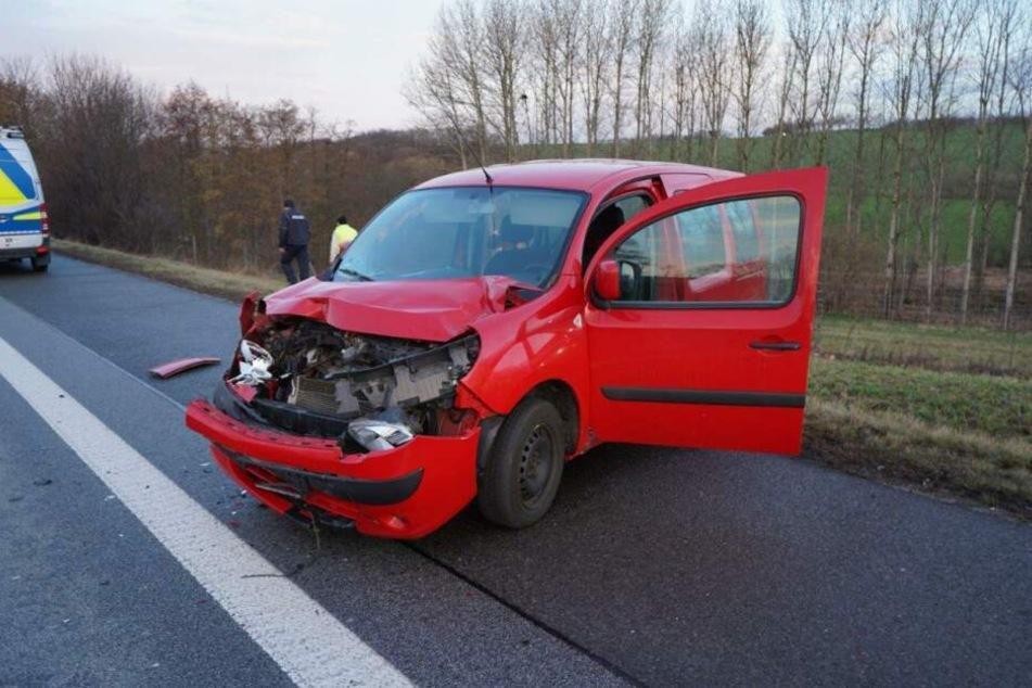Der rote Renault wurde bei dem Unfall stark beschädigt.