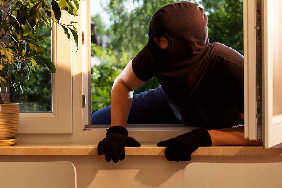 Auf der Flucht sprang ein Einbrecher einfach mal aus dem Fenster. (Symbolbild)