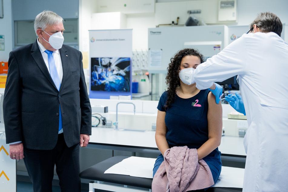 Am Montag hat sich NRW-Gesundheitsminister Karl-Josef Laumann (63, CDU. l.) gegen eine Impfpflicht für medizinisches Personal ausgesprochen.