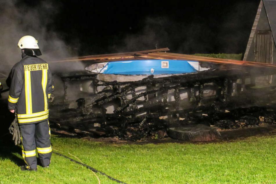 Die Umrandung eines Pools in Stützengrün stand komplett in Flammen.