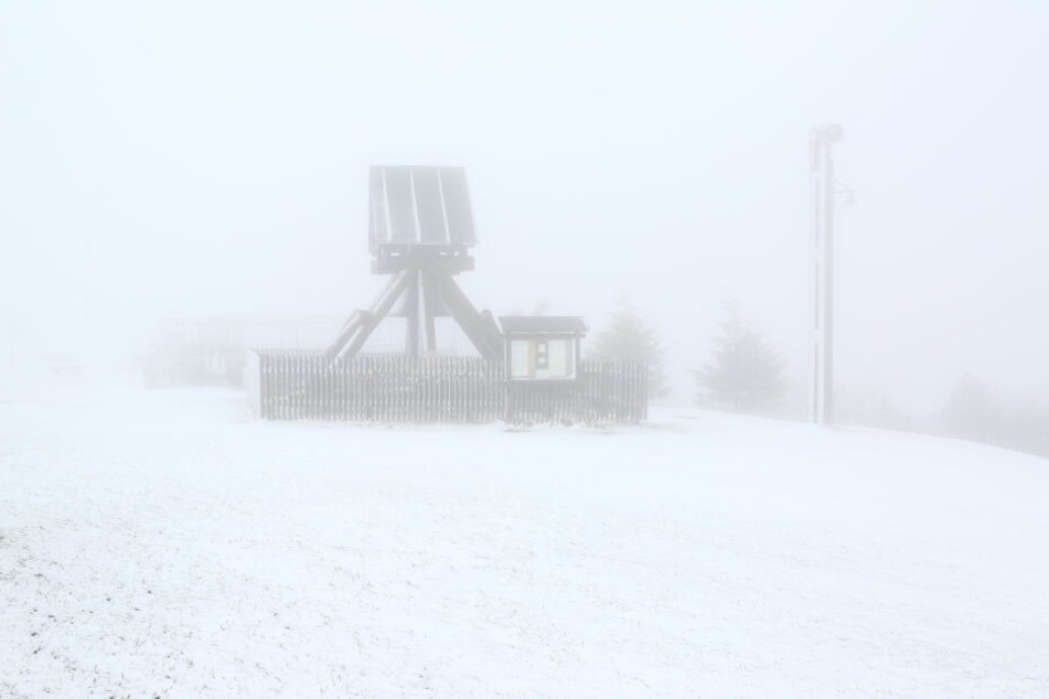 Dicker Nebel im Erzgebirge: Auf dem Fichtelberg-Plateau kann man derzeit kaum die Hand vor Augen erkennen.