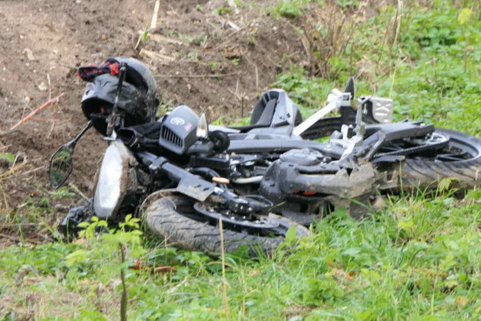Unfall bei Leipzig: Biker mit Motorrad in Graben geschleudert