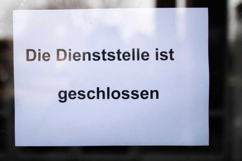 """Ein Zettel mit der Aufschrift """"Die Dienststelle ist geschlossen"""" hängt im Gebäude der Knappschaft."""