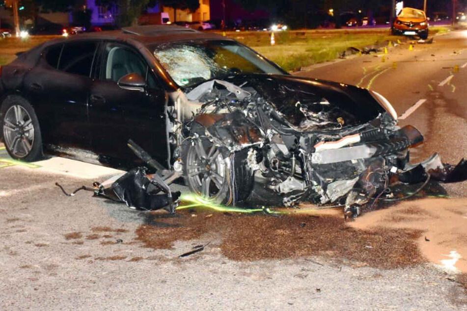 Durch den Aufprall wurde der Porsche Panamera 30 Meter vom Unfallort weggeschleudert.