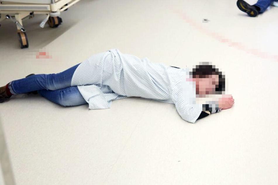Ein vermeintliches Opfer liegt verletzt am Boden.