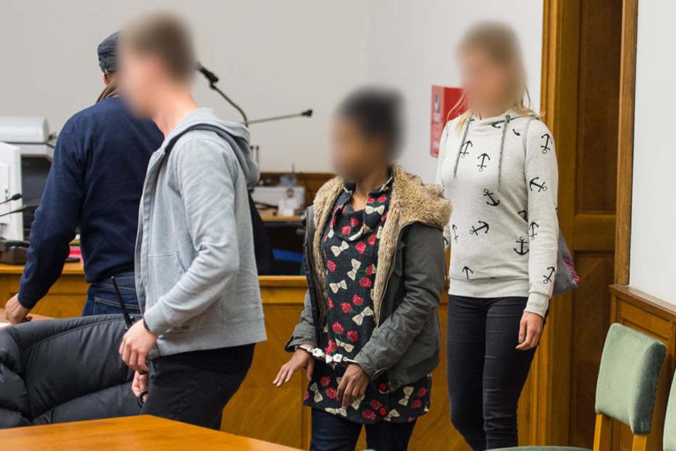 Die Angeklagte (M) wird am 09.11.2017 in Lüneburg (Niedersachsen) von zwei Justizmitarbeitern in den Gerichtssaal vom Landgericht geführt.