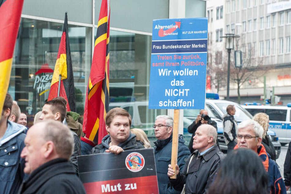 Die AfD-Anhänger zeigten, was sie von Angela Merkel halten.