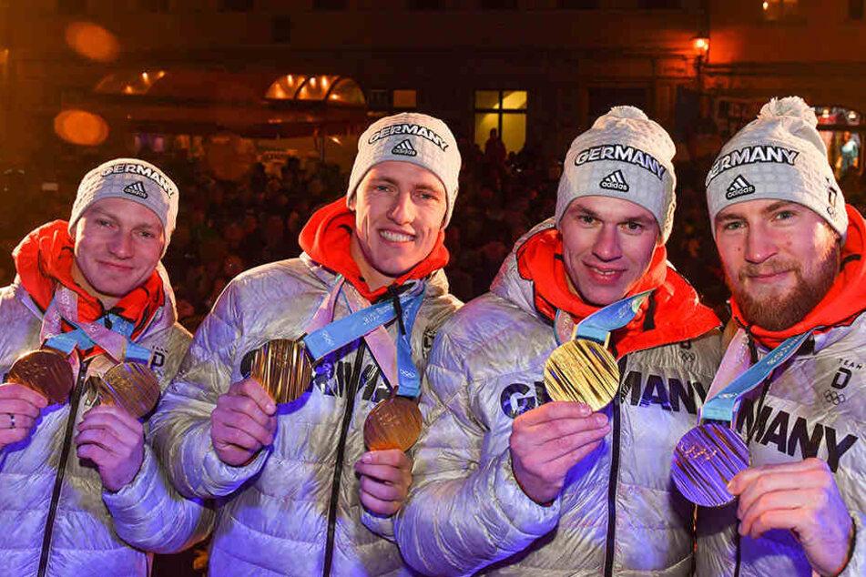 Zwei Mal Gold für Pilot Francesco Friedrich (v.l.) und Anschieber Thorsten Margis, je einmal für Candy Bauer und Martin Grothkopp, die den Vierer komplettierten.
