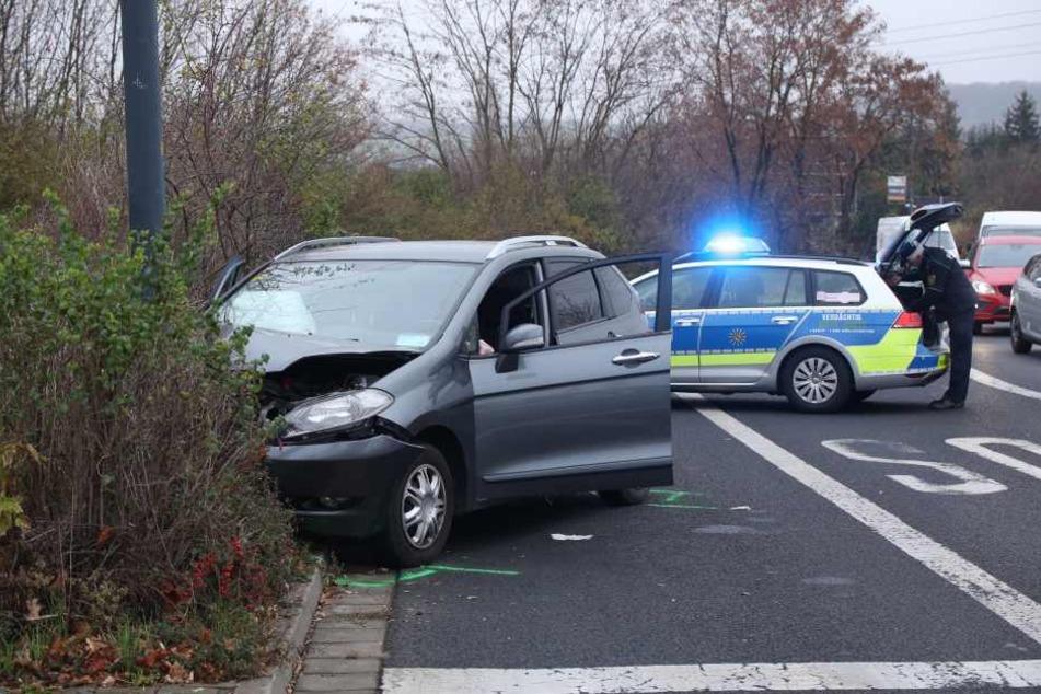 Der Honda prallte frontal gegen eine Straßenlaterne.