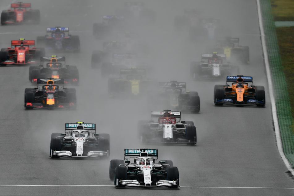 Lewis Hamilton (M) aus Großbritannien vom Team Mercedes-AMG Petronas fährt über den Hockenheim-Ring.
