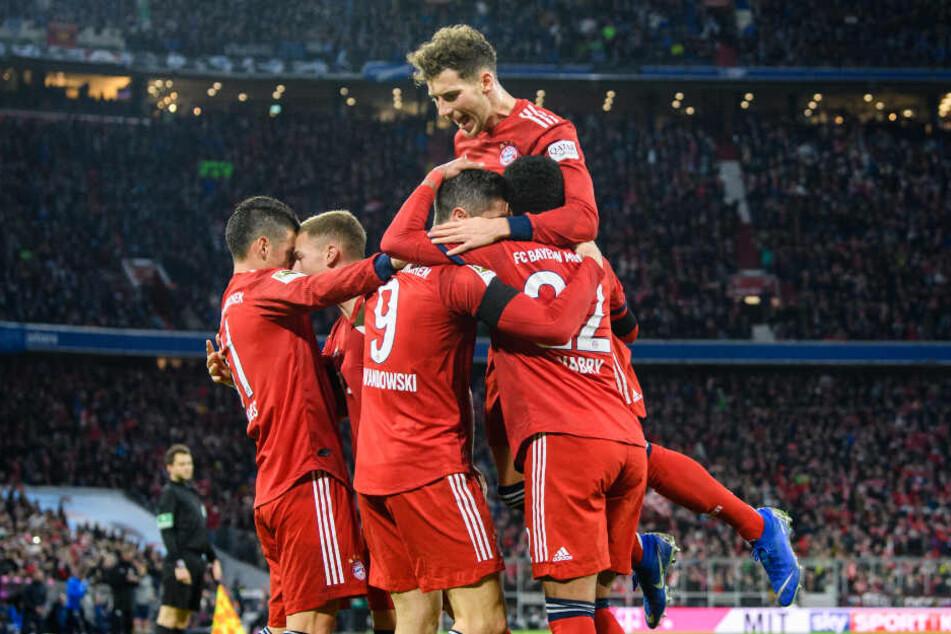 James Rodriguez (l-r), Joshua Kimmich, Torschütze Robert Lewandowski, Leon Goretzka (oben) und Serge Gnabry vom FC Bayern München jubeln über den Treffer zum 2:1.