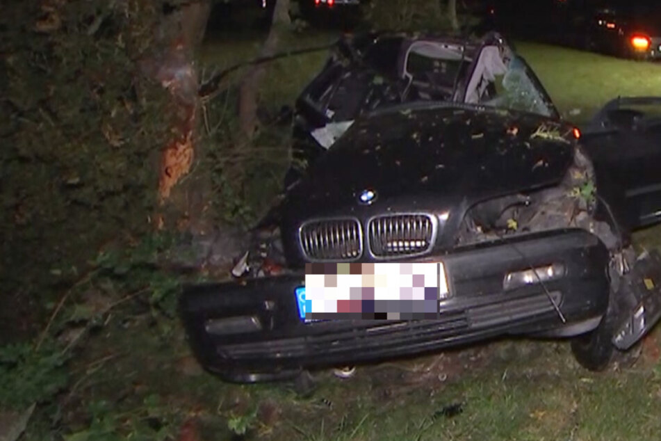 Der BMW kam von der Fahrbahn ab und krachte gegen einen Baum. Die Beifahrerseite wurde komplett zerstört.