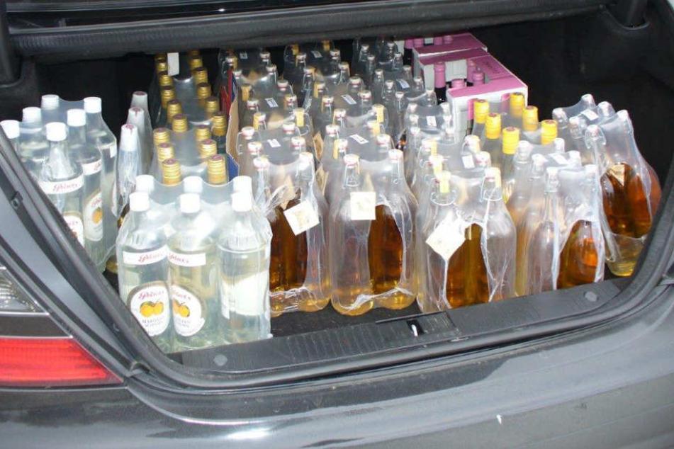 Potzblitz! Insgesamt 153 Flaschen Schnaps transportierte der Österreicher im Kofferraum.