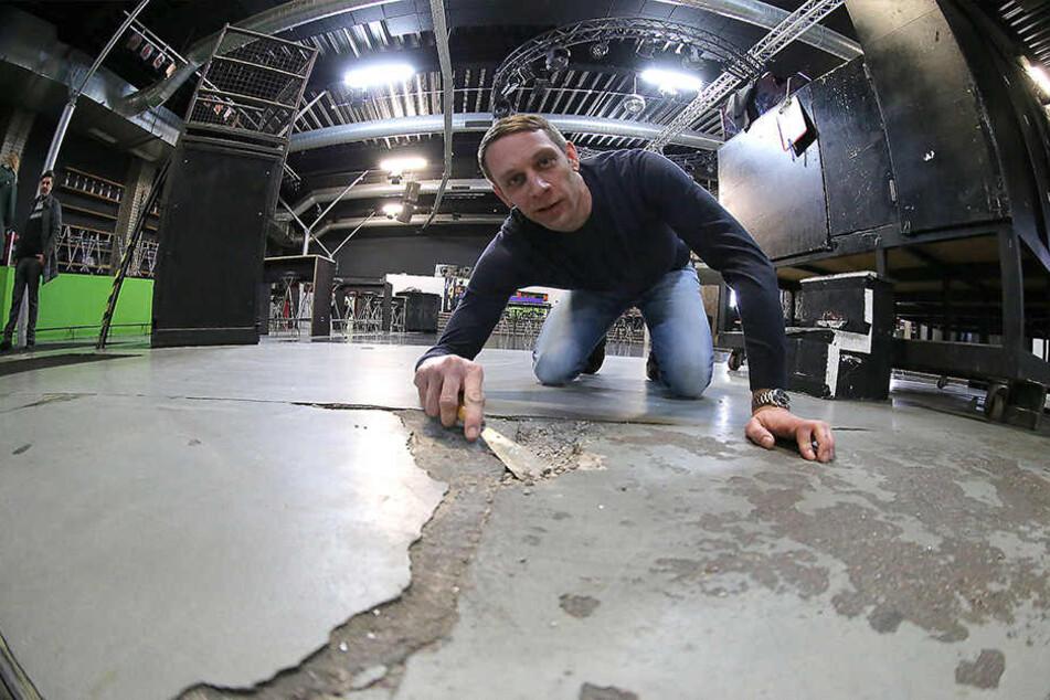 Der Boden im Schuppen ist marode und dringend sanierungsbedürftig. Das stellte auch Prokurist Daniel Elsner fest.