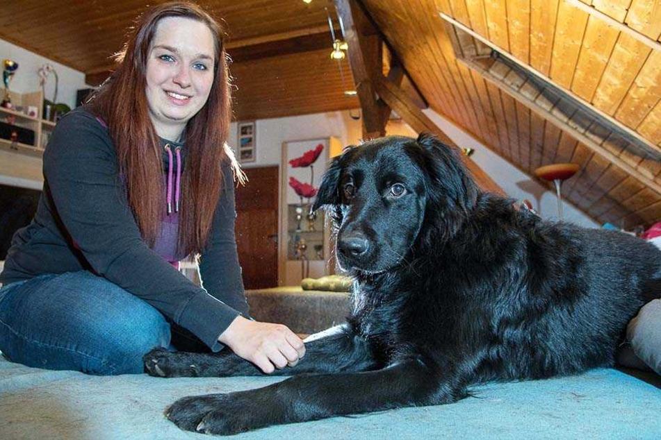 Pflegehund sucht ein Zuhause: Teresa Handke (28) mit Labrador-Mischling Theo.