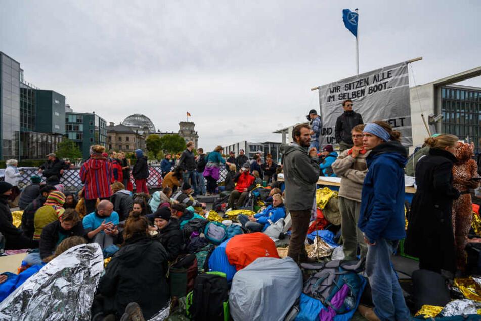 """Aktivisten der Klimabewegung """"Extinction Rebellion"""" haben während ihrer Aktionswoche """"Berlinblockieren"""" die Marschallbrücke blockiert."""