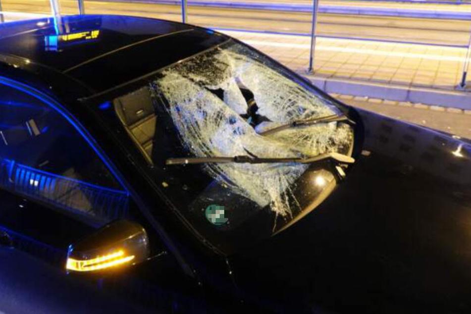 """Der 30-jährige Fahrer dieses Mercedes hatte den Jugendlichen an der Haltestelle """"Leibnizstraße"""" frontal erfasst und etwa 30 Meter mitgeschleift."""