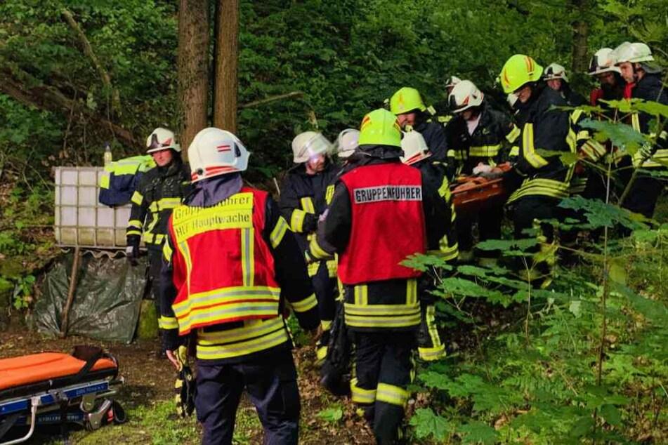 Die Feuerwehr transportiert hier die Frau ab. Sie musste aus dem Traktor bereit werden, weil sie eingeklemmt und schwer verletzt war.