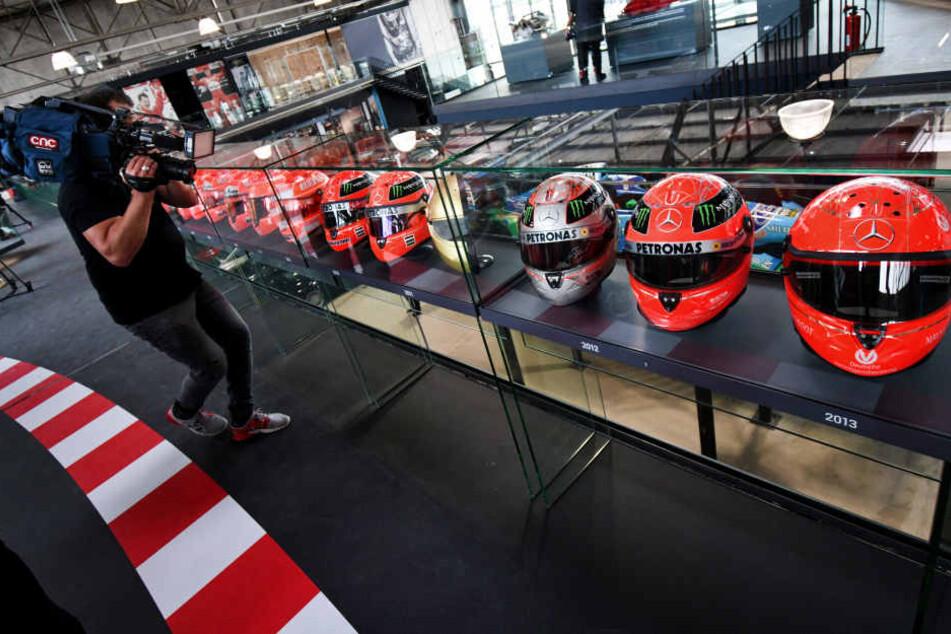 """Helme des ehmaligen Rennfahrers Michael Schumacher stehen in der Ausstellung """"Michael Schumacher Private Collection"""" in des Auto-Showrooms Motorworld."""
