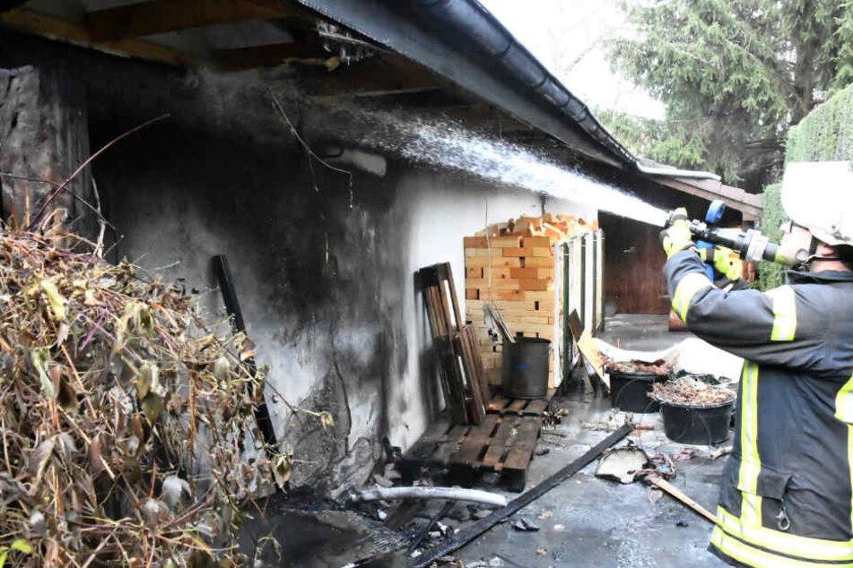 Garage geht in Flammen auf: Feuerwehr verhindert schlimmeres