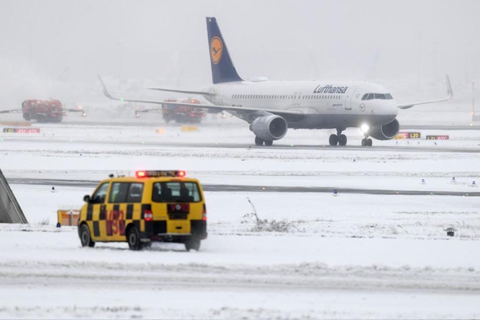 Durch die heftigen Schneefälle kam es zu Verspätungen und Flugausfällen.