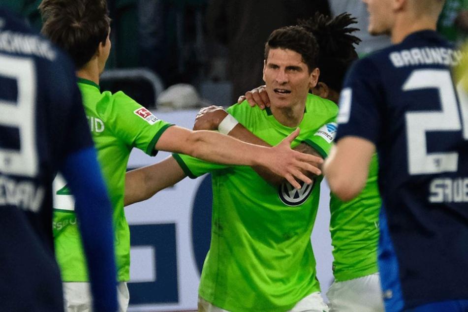 Mario Gomez jubelt über seinen Treffer zum 1:0.