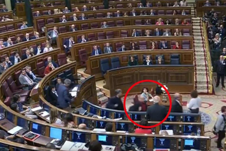 Der Abgeordnete Jordi Salvador soll den Außenminister Josep Borrell im Vorbeigehen aus kurzer Distanz bespuckt haben.