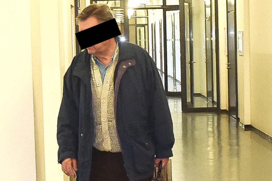 Imker-Rebell Klaus S. (68) musste am Mittwoch vor dem Dresdner Amstgericht antreten.