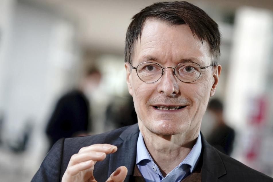 Karl Lauterbach, 58, Gesundheitsexperte der SPD, gibt ein Interview. Er meint, dass das Modellprojekt in Tübingen nicht erfolgreich sein wird.