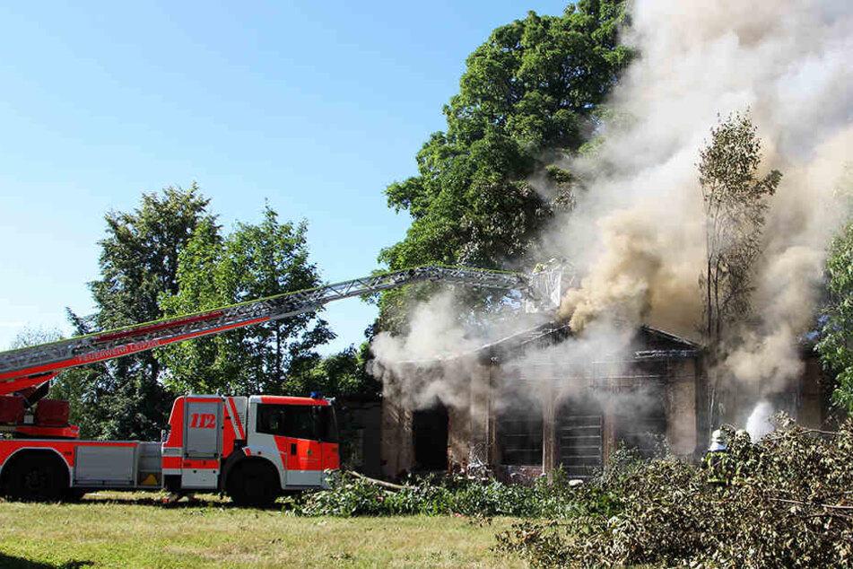 Gebäude steht in Flammen: Bewohner sollen Fenster und Türen schließen