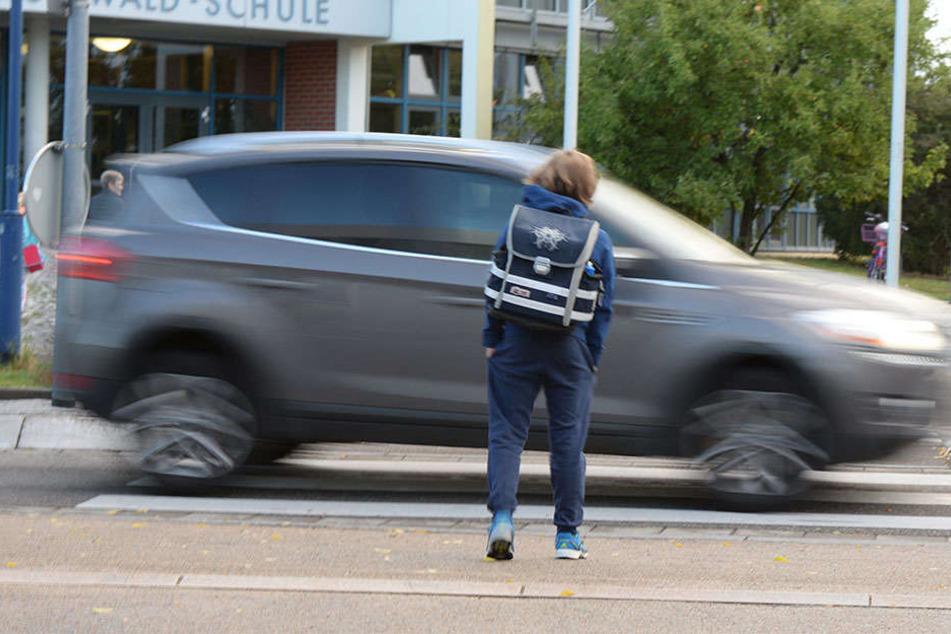 Schulanfänger wollen über Zebrastreifen: 76-Jähriger gibt Gas