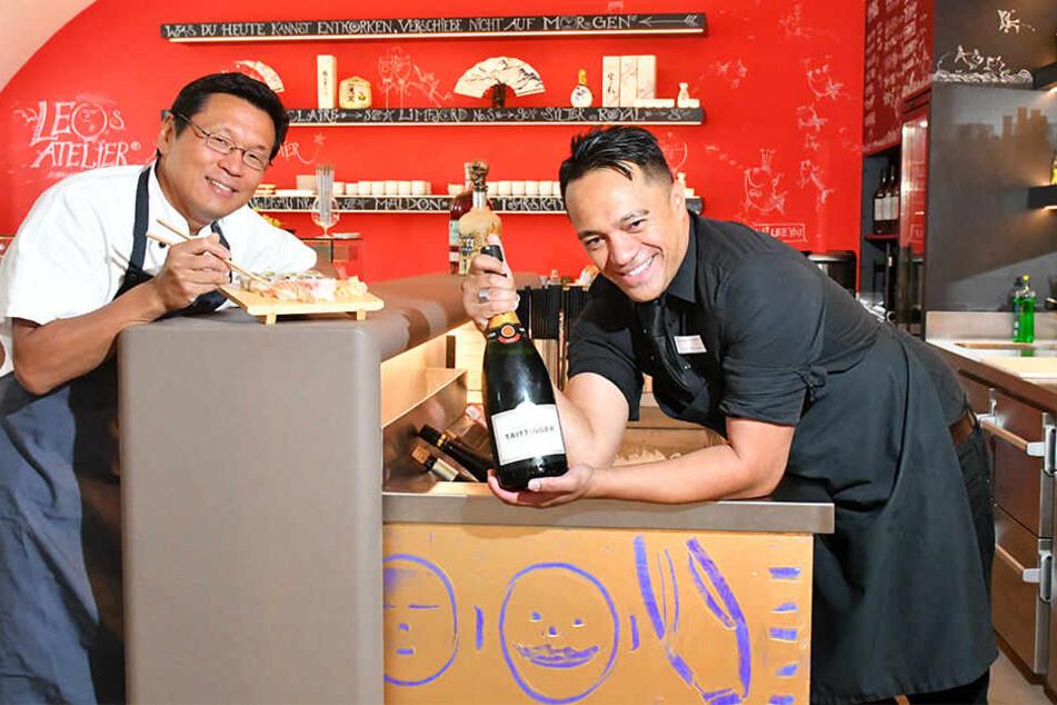 """Takamitsu """"Taka"""" Hanawa (47, l.) aus Japan und Mouiti """"Mo"""" Manapori (39) verwöhnen die Gäste in der Austern- und Sushi-Bar im Taschenbergpalais."""