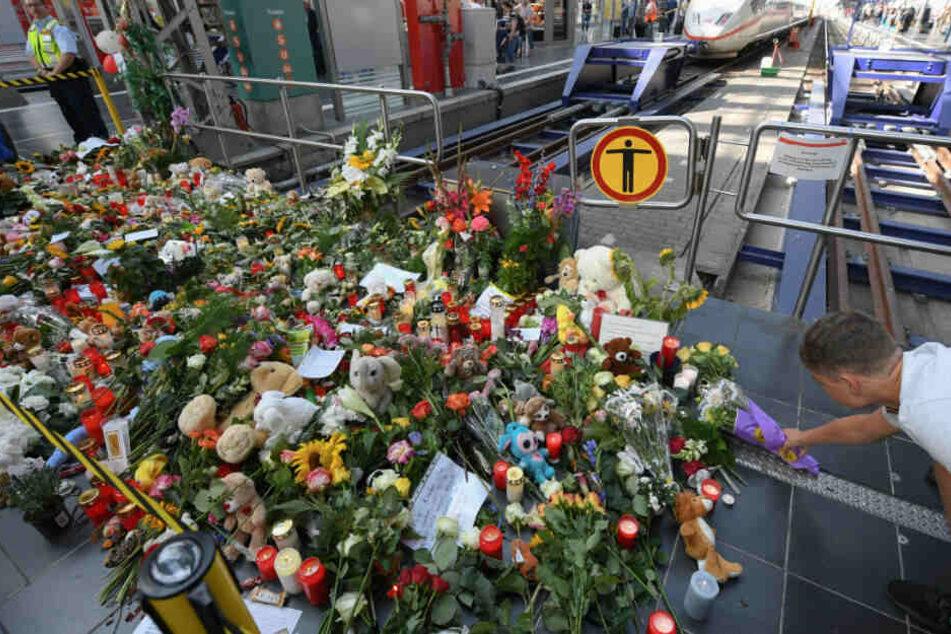 Ein Mann legt Blumen am Gleis 7 des Frankfurter Hauptbahnhofs nieder.