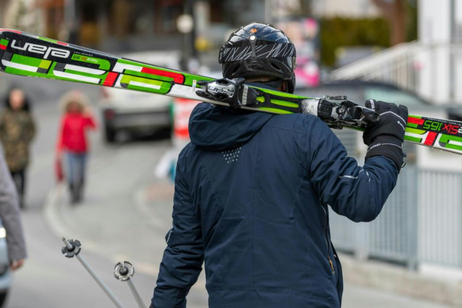 Skifahrer mit geschulterten Skiern gehören normalerweise in Ischgl zum Ortsbild.