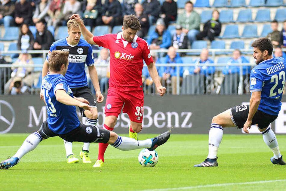 Florian Dick (v.r.), Brian Behrendt und Kapitän Julian Börner können Duisburgs Moritz Stoppelkamp nur hinterherschauen.