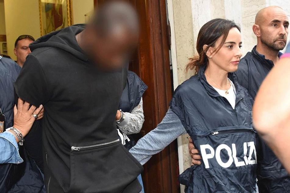 Italienische Polizisten begleiten am 02. September in Rimini einen verdächtigen Jugendlichen (M), der an der mehrfachen Vergewaltigung beteiligt sein soll. Ob es sich hierbei um den Täter mit Tuberkulose handelt, ist derzeit unklar.