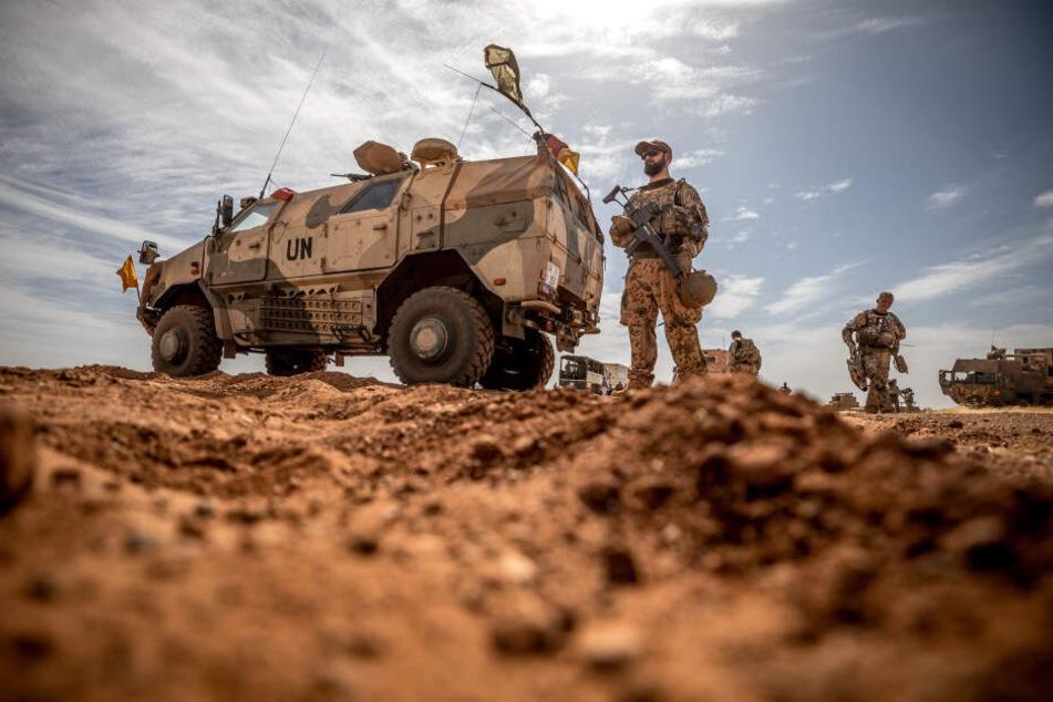 Ein Soldat der Bundeswehr steht am Flughafen nahe des Stützpunktes in Gao im Norden Malis. Aktuell sind 1058 deutsche Soldaten auf Friedensmission in dem afrikanischen Land, darunter Dutzende Sachsen.