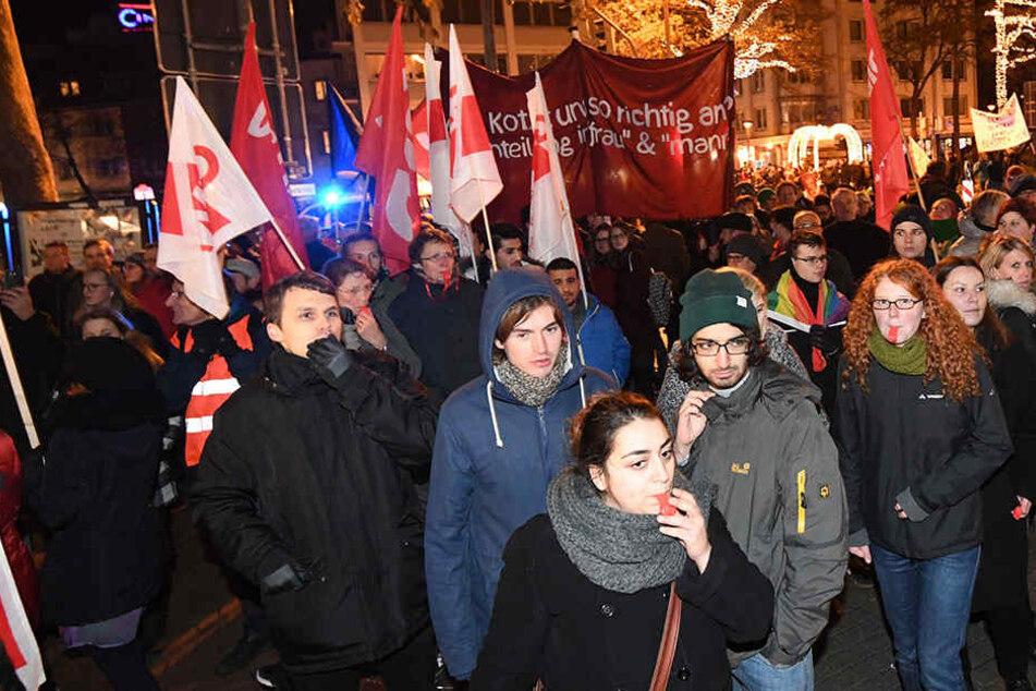 Bei dieser Demo in Paderborn zu einer AfD-Kundgebung setzte Ezgi Bilge Güyilda (Mitte) eine Trillerpfeife ein, wegen der sie jetzt vor Gericht steht.