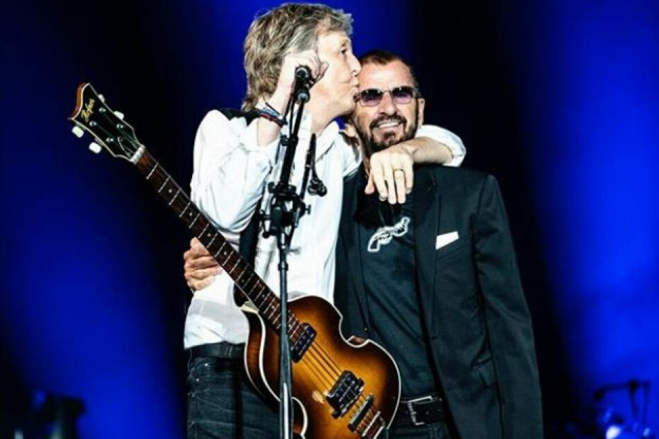 """Paul McCartney (77) bereitete seinem ehemaligen """"Beatles""""-Kollegen Ringo Starr (79) auf der Bühne einen herzlichen Empfang."""