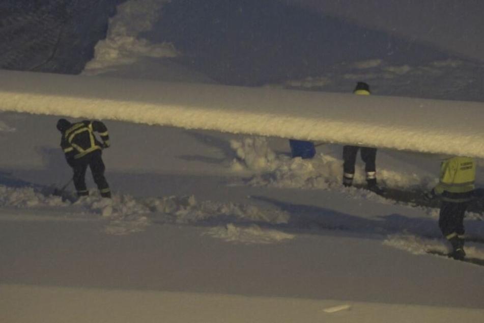 Emsig! Auf dem Flughafengelände hat der Winterdienst alle Hände voll zu tun.