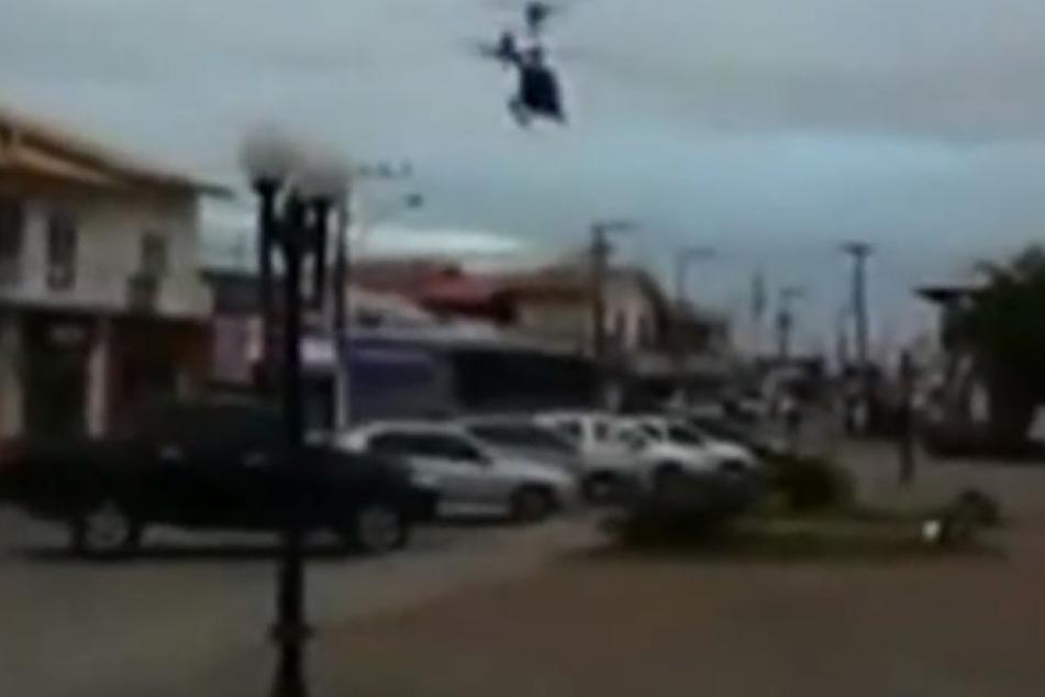 Der Helikopter schwebt über einer Stadt, als er plötzlich rapide an Höhe verlieren.
