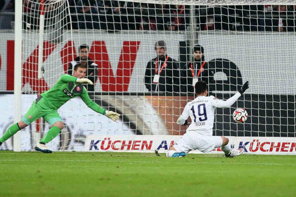 Bobby Wood (r.) überwindet den Düsseldorfer Schlussmann Michael Rensing, es ist Aues 400. Tor in der 2. Bundesliga.
