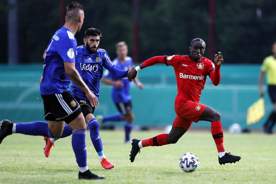 Moussa Diaby (r.) bereitete dem FCS mit seinem hohen Tempo einige Probleme. Hier hecheln ihm Fanol Perdedaj (M.) und Christopher Schorch hinterher.