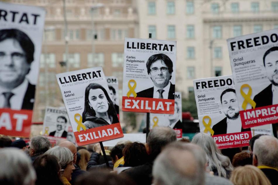 Menschen in Barcelona demonstrieren für die Freilassung inhaftierter Politiker.