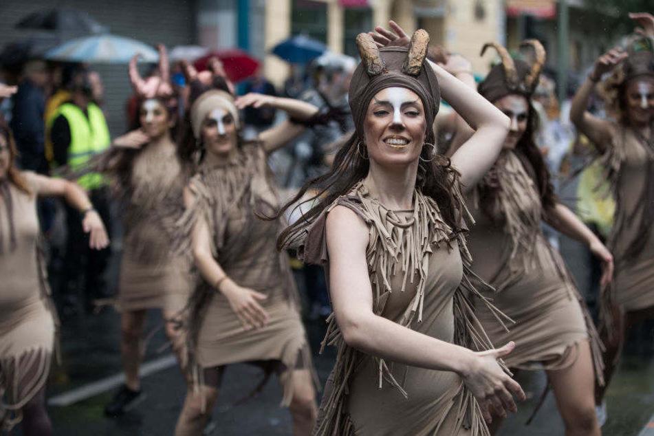 Mit Tanz, Musik und schrillen Kostümen setzen Menschen ein Zeichen für mehr Weltoffenheit und gegen Rassismus.