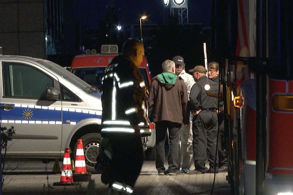 Kriminaltechnik suchen an dem Brandsatz, mit dem Unbekannte zwei Leipziger Polizeifahrzeuge niederbrennen wollten, nach Spuren.