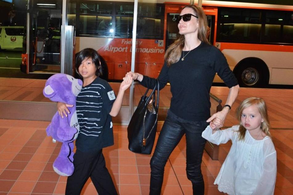 Angelina Jolie fordert das alleinige Sorgerecht für die drei leiblichen und die drei adoptierten Kinder im Alter von 8 bis 15 Jahren.