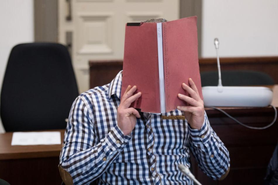 Der 36-Jährige aus Regensburg in einem Gerichtssaal des Landgerichts.